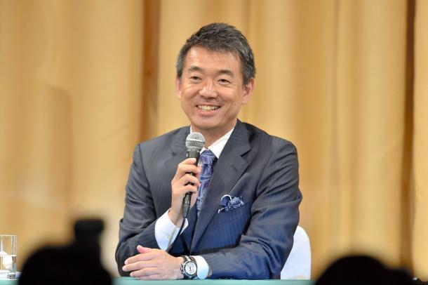 会見に臨んだ橋下徹大阪市長=17日午後11時19分、大阪市北区