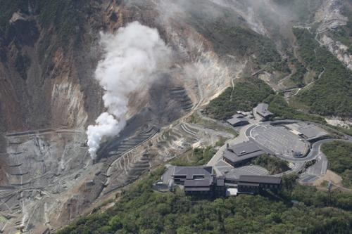 噴気を上げる箱根山・大湧谷