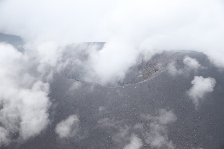 噴火警戒レベルが「2」に引き上げられた浅間山の火口付近。6月11日撮影、朝日新聞