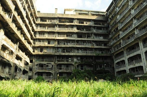 世界遺産への登録が勧告された「明治日本の産業革命遺産」の軍艦島にあった集合住宅65号棟=2013年、長崎市の端島
