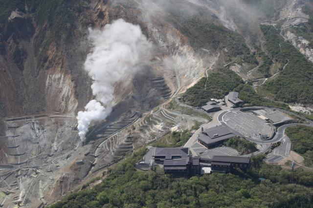 箱根山の大涌谷からは水蒸気が上がり続ける=5月7日