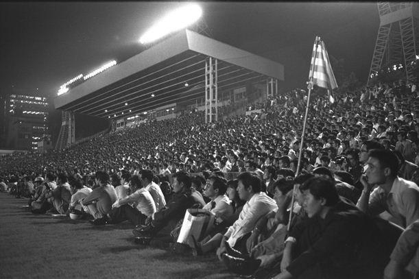 6-3でイングランドに惜敗した全日本の試合は超満員で、観客の一部をグラウンドにおろした=1971年9月28日、秩父宮ラグビー場