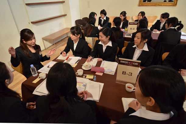 若手女性職員(左)の話を熱心に聞く女子大生たち=2012年1月、大阪市中央区