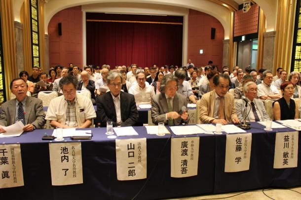 安保法案に反対し記者会見する約150人の学者ら。最前列右から上野千鶴子・東京大名誉教授、益川敏英・京都大名誉教授、佐藤学・学習院大教授ら=東京都千代田区の学士会館