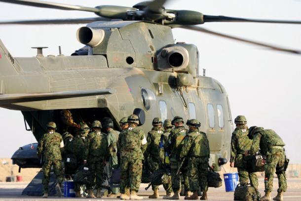 06年7月、英軍のヘリコプターに乗り込みサマワを離れる派遣部隊=陸上自衛隊提供
