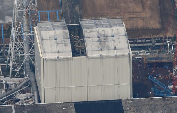 屋根パネルが外された東京電力福島第一原発1号機=2015年7月28日、福島県大熊町