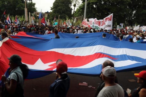 5月1日、メーデーの日のパレード、キューバ国旗。雨がどんどん強くなる