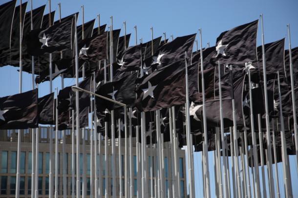 2007年、同じ場所にはためいた、「黒い旗」ものすごいインパクトだった=撮影・筆者