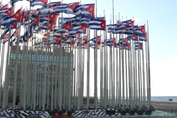 米国利益代表部前のキューバ国旗、右手はマレコン通り