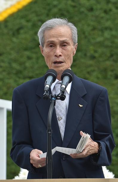 「平和への誓い」を読み上げる谷口稜曄さん=2015年8月9日、長崎市の平和公園