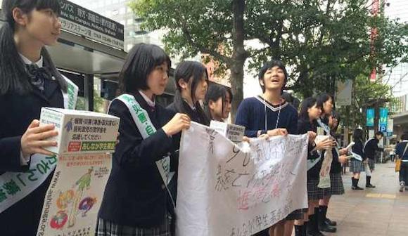 募金を呼びかけるあしなが育英会の高校生ら=2015年4月、福岡市中央区