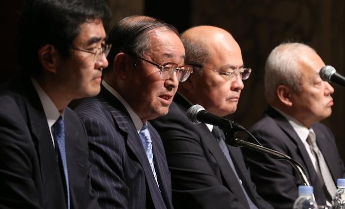 東芝が決算の営業利益を水増ししていた問題について会見で調査内容を説明する第三者委員会の上田広一委員長(左から2人目)ら