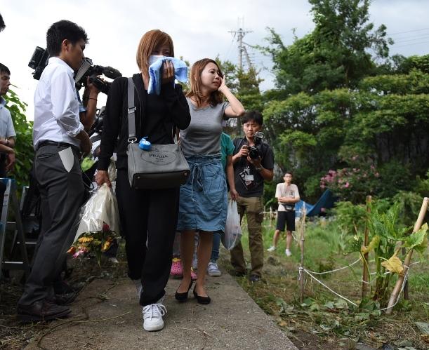 星野凌斗さんの遺体が発見された現場を泣きながら訪れた女性=2015年8月22日、大阪府柏原市