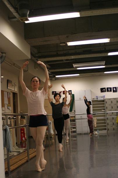 大人になってからバレエを始めた女性たち=2015年9月15日、大阪市北区、撮影協力・松田敏子リラクゼーションバレエ