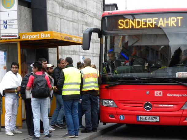 ミュンヘン駅の受付センターで登録を済ませた難民たちは、政府が用意したバスで宿泊施設へ向かう(筆者撮影)