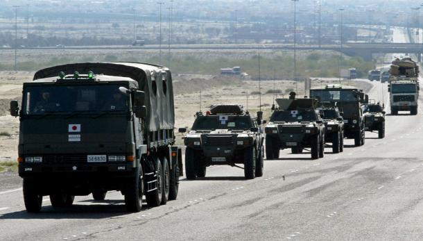 イラクへ続くクウェートの幹線道路で走行訓練する陸上自衛隊の車列=2004年2月