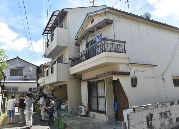 被害者の女子中学生の自宅周辺では、近所の人たちに取材する報道陣の姿が見られた=2015年8月18日、大阪府寝屋川市