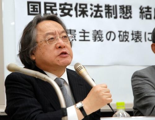 写真1 記者会見で政府を批判する憲法学者の小林節さん=2014年5月28日、東京都内