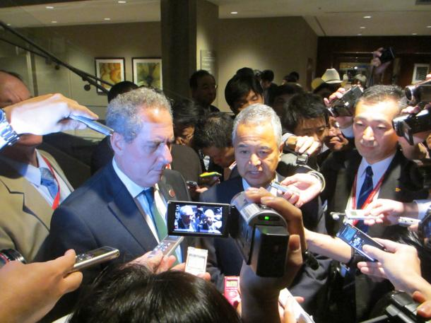 TPP交渉の閣僚会合後、取材に応じる甘利明TPP担当相(右)と米国のフロマン通商代表部(USTR)代表=10月1日午後、米アトランタ
