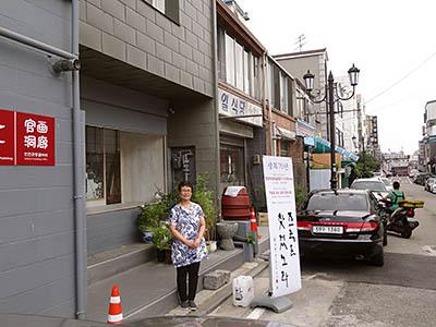 自宅の前に立つ戸田さん(桜井泉撮影)