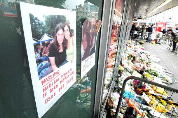 英ロンドン同時爆破テロ/9日、ロンドンのキングズクロス駅には、行方不明者を捜すためのポスターが張られ、多くの花束が置かれていた