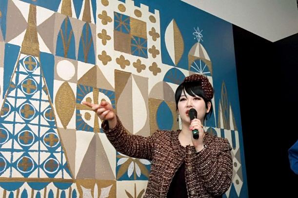 「イッツ・ア・スモールワールド」のパネルの前で語る東村アキコさん=2012年3月17日、名古屋・松坂屋美術館