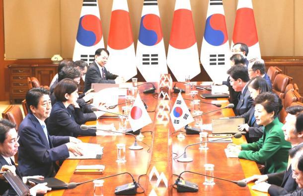 韓国の朴槿恵大統領(右から3人目)と会談する安倍晋三首相(左から2人目)=2日午前11時5分、ソウルの青瓦台、代表撮影