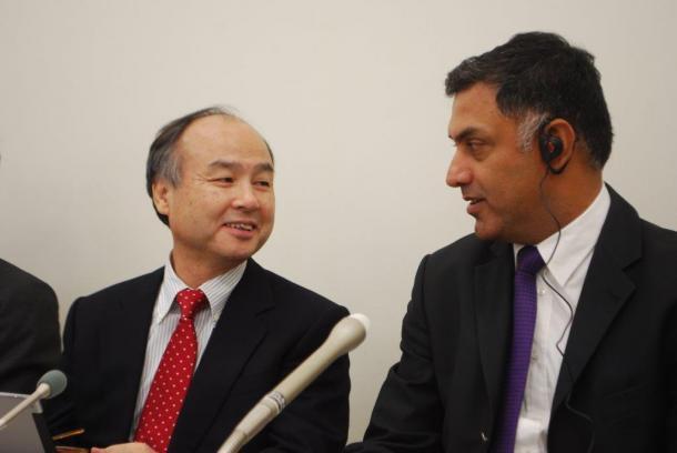 記者会見で談笑する孫正義社長と、後継指名されたニケシュ・アローラ副社長(右)=11月4日、東京証券取引所