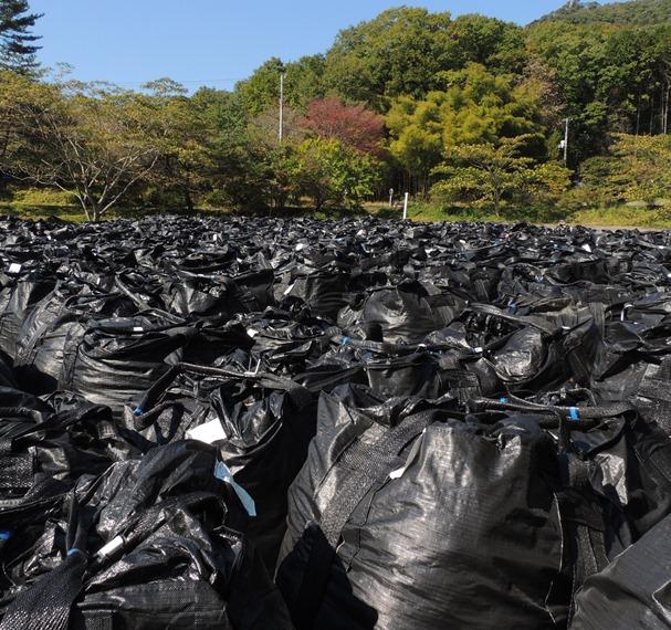 福島県飯舘村にたまる除染廃棄物=2014年10月
