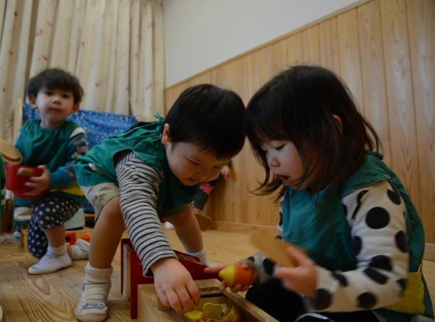 床と腰壁に和泉葛城山系のスギ材を使った乳児室。子どもたちがほのかに木の香りが漂う中で遊ぶ=大阪府高槻市の柱本保育園