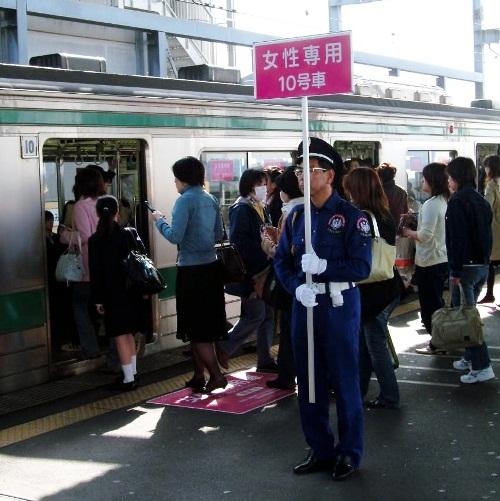 JR埼京線に設けられた女性専用車両には多くの女性が列を作った=2012年10月、さいたま市のJR中浦和駅