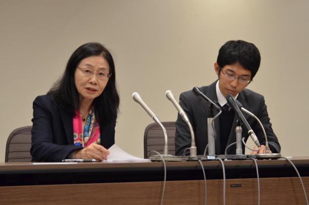 妊娠を理由にした降格が許されるかが問われた裁判の勝訴判決後、記者会見する原告代理人の弁護士ら=2015年11月17日、広島市