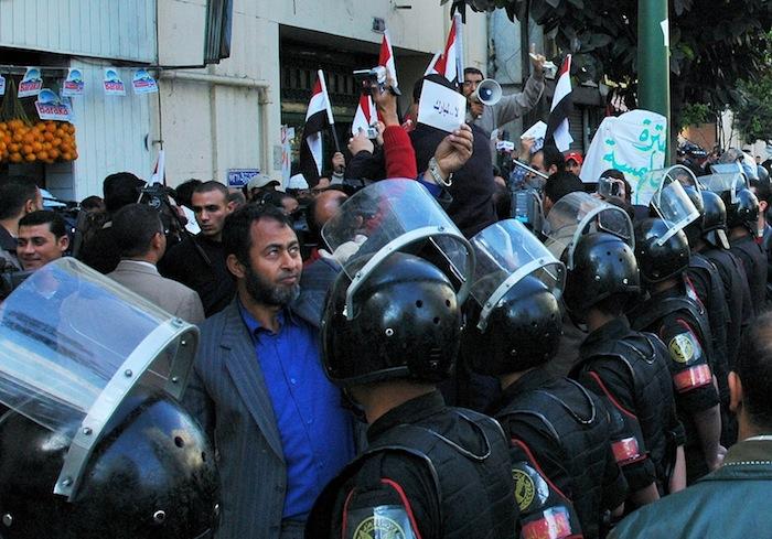 エジプトでイラク戦争後に始まった政府批判の「キファーヤ運動」のデモを取り巻いた治安部隊=2005年3月、カイロ、撮影・筆者