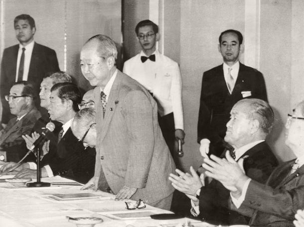 宮沢喜一蔵相が自民党総裁選出馬を表明。手前は鈴木善幸元首相