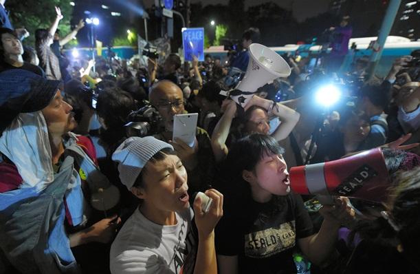 安保関連法が参院で可決・成立したあとも、国会前で抗議の声を上げる人たち=2015年9月19日、東京都千代田区