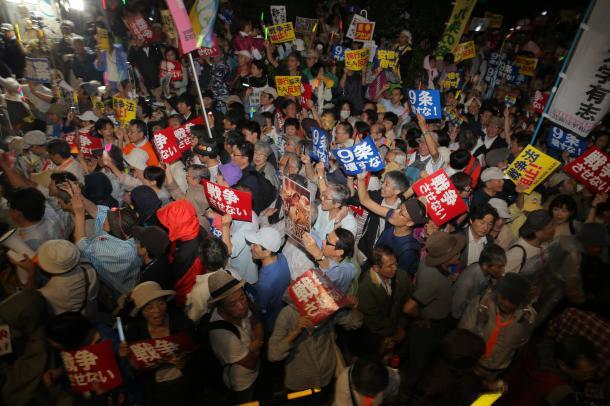 国会前には多くの人が集まり、安保関連法案の採決強行阻止を訴えた=2015年9月16日