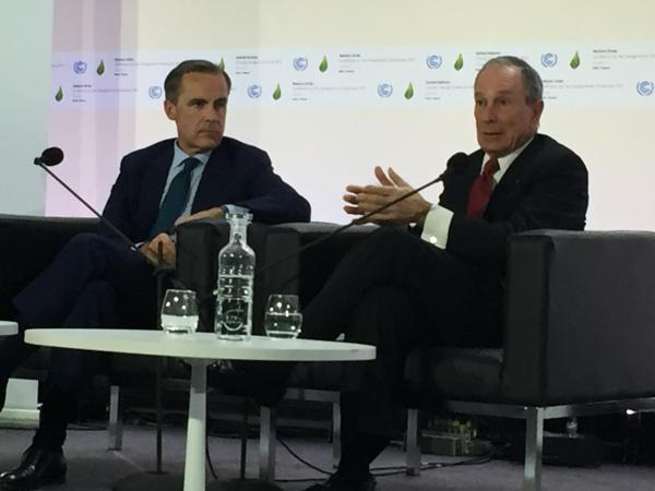 マーク・カーニーFSB議長(左)とブルンバーグ前ニューヨーク市長=パリで開かれたCOP21のサイドイベント