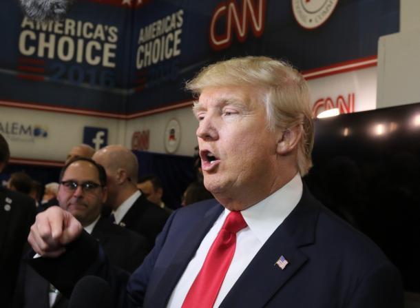 共和党のテレビを終え、記者団のインタビューに答えるトランプ氏=2015年12月、ラスベガス