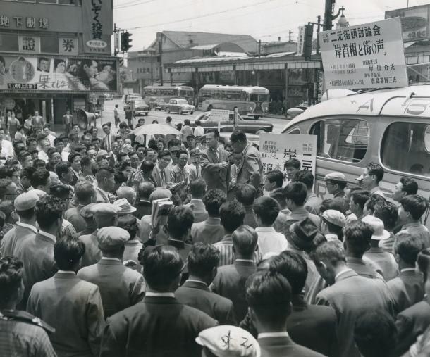 東京・大阪二元街頭討論会「岸首相と街の声」に集まった人たち。朝日放送が大阪・上六近鉄駅前、ラジオ東京が東京・新橋ステージにマイクを置き、岸信介首相と市民の声をつないだ。出演は政治評論家の唐島基智三氏