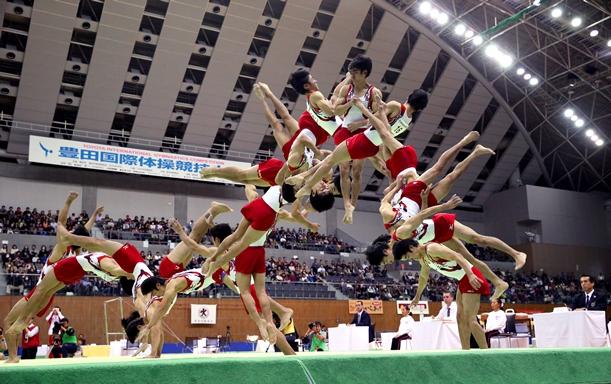 体操・豊田国際のゆかで「伸身リ・ジョンソン」を決めた白井健三の連続写真(18枚を合成)=2015年12月12日、愛知県豊田市