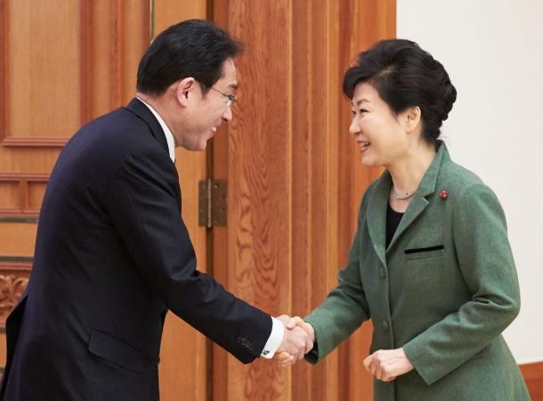 韓国・朴槿恵大統領(右)を表敬訪問し、握手する岸田文雄外相=28日午後4時28分、ソウルの大統領府