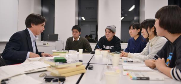 齋藤純一さん(左)と議論するSEALDsのメンバー