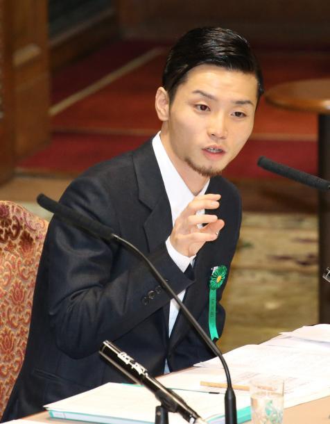 安保関連法案の参院特別委の中央公聴会で、公述人として意見陳述する「SEALDs」メンバーの奥田愛基・明治学院大学生