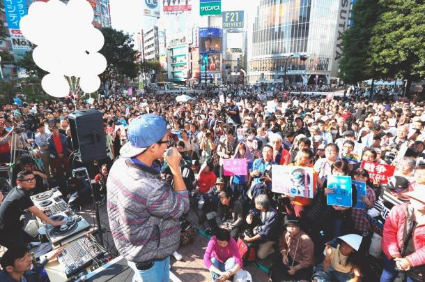 学生団体「SEALDs」などが主催した抗議行動には、多くの人たちが集まり、ハチ公前広場を埋め尽くした=2015年10月18日