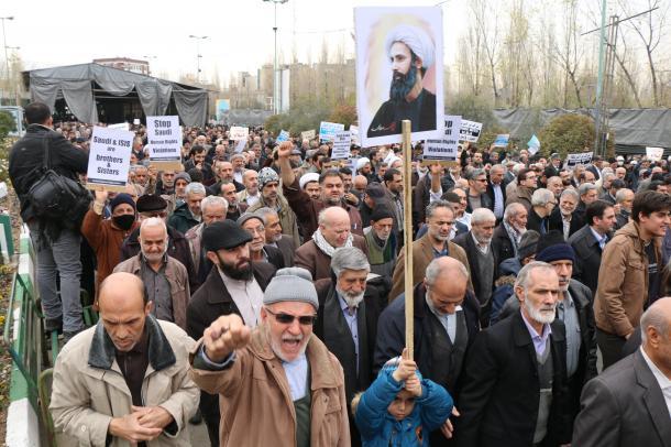 テヘランのモサラ・モスクで8日、サウジアラビアを非難するデモをする人々