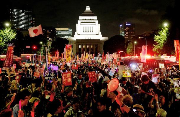 国会前の車道を埋め尽くす抗議行動の参加者たち=2015年9月14日