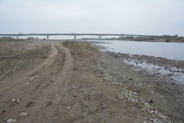 無理心中しようとした入水現場の利根川の河原は、車で水際まで近づけるようになっていた=2015年11月23日、埼玉県深谷市
