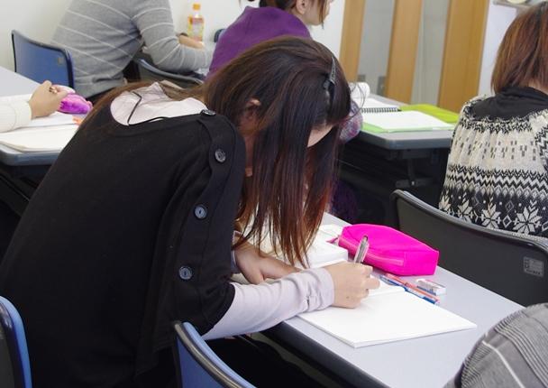 子供を保育園に預け、介護の職業訓練コースで学ぶシングルマザー=2015年4月2日、東京都豊島区