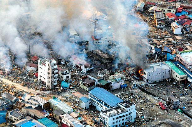 津波に襲われ、あちこちで火災が発生する岩手県山田町の市街地=2011年3月12日