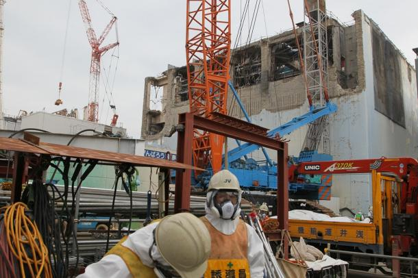 山側から見た東京電力福島第一原発の4号機。左奥は3号機=2013年3月